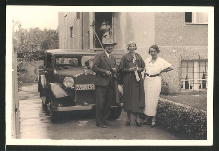 Fotografie Auto Mercedes Benz, Edelmann & Damen vor Limousine stehend