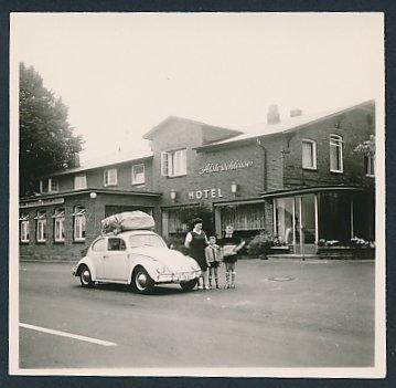 Fotografie Auto VW Käfer, Volkswagen PKW mit Dachgepäckträger vor dem Hotel zur Alsterschleuse