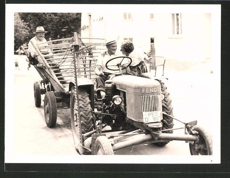 Fotografie Traktor Fendt, Bauer mit Schlepper zieht Leiterwagen