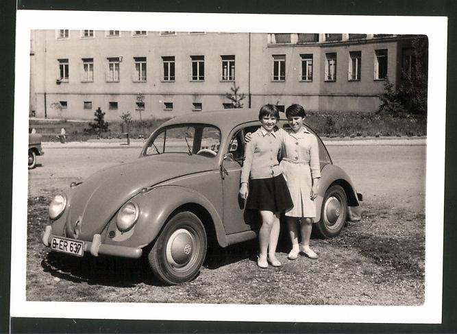 Fotografie Auto VW Käfer, Mädchen posieren neben Volkswagen PKW