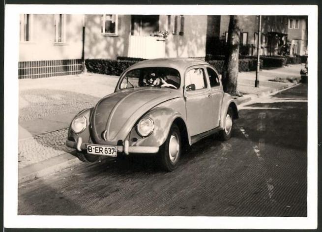 Fotografie Auto VW Käfer, Volkswagen PKW am Strassenrand in Berlin