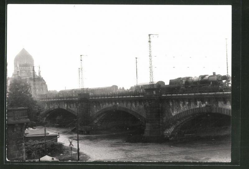 Fotografie Fotograf unbekannt, Ansicht Dresden, Yenidze Tabakfabrik, Güterzug mit Dampflok