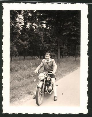 Fotografie Motorrad Victoria, Bursche auf Krad sitzend