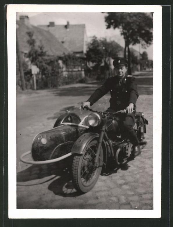 Fotografie KVP Kasernierte Volkspolizei, Soldat in Uniform auf Motorrad mit Seitenwagen