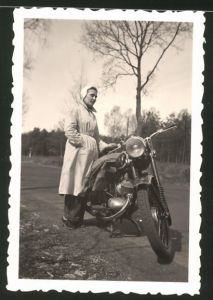 Fotografie Motorrad DKW IFA RT 125, Hausfrau neben Krad stehend