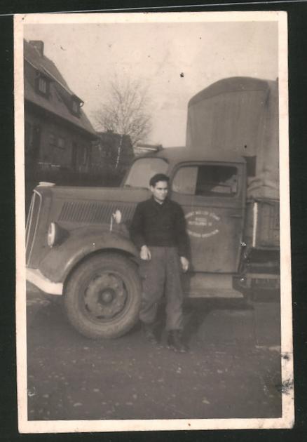Fotografie Lastwagen, Kraftfahrer neben LKW stehend
