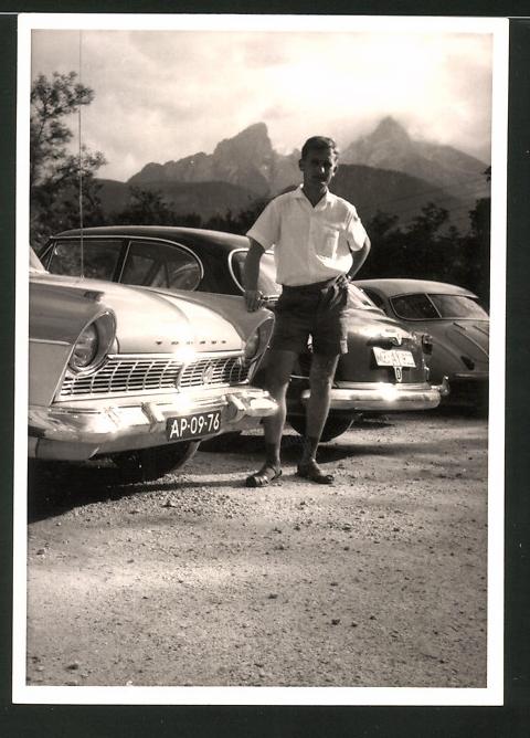 Fotografie Auto Ford Taunus, junger Mann posiert lässig am PKW