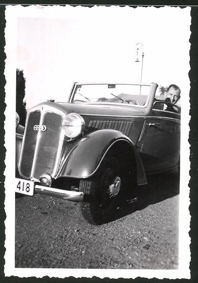 Fotografie Auto DKW Cabrio, stolzer Fahrer im PKW