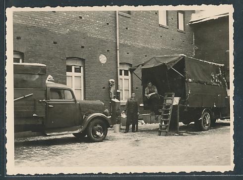 Fotografie Lastwagen, LKW's und Zapfsäule auf einem Betriebshof