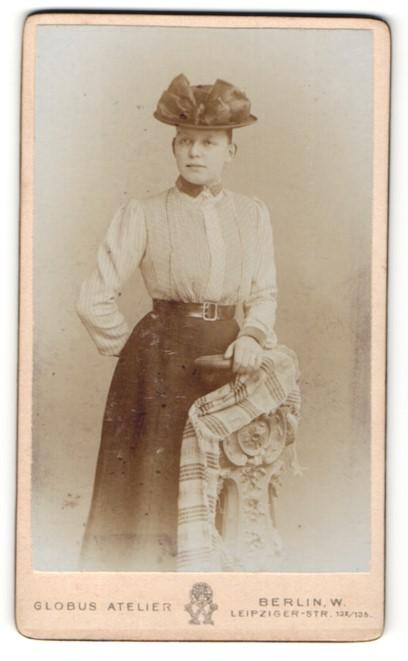 Fotografie Globus Atelier, Berlin-W, Portrait junge Frau in zeitgenöss. Kleidung mit Hut