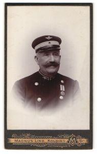 Fotografie Magnus Lind, Kolding, Portrait dänischer Eisenbahner in Dienstkleidung mit Orden