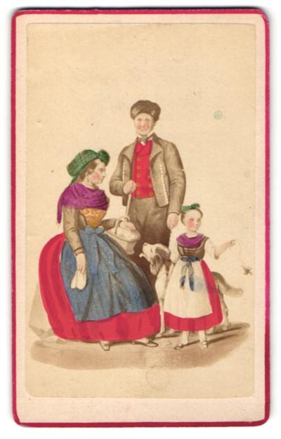 Fotografie unbekannter Fotograf und Ort, Portrait Familie in Tracht von Bad Oeynhausen, handkoloriert
