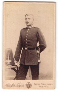 Fotografie Adolph Tepper, Berlin-Schöneberg, Portrait junger Soldat mit Garde-Pickelhaube