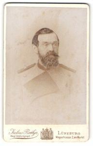 Fotografie Julius Rathje, Lüneburg, Portrait Mann mit Bart in Dienstkleidung, Uniform