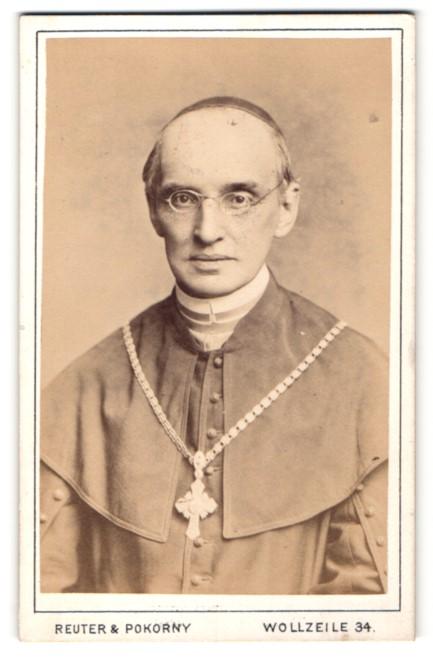 Fotografie Reuter & Pokorny, Wien, Portrait Bischof mit Kruzifix