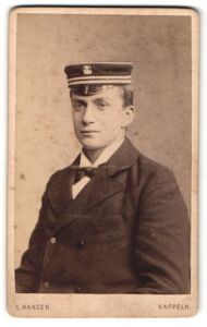 Fotografie L. Hansen, Kappeln, Portrait Student mit Korpsmütze