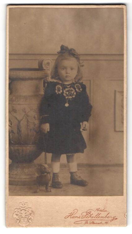Fotografie Hans Schellenberg, Halle /Saale, Portrait kleines Mädchen mit Spielzeugdackel