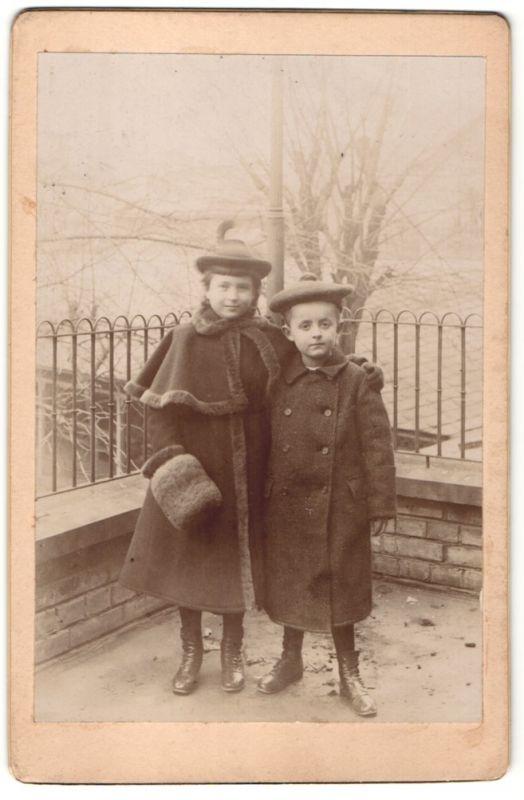Fotografie unbekannter Fotograf und Ort, Portrait Mädchen und Knabe in Winterkleidung