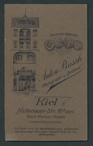 Fotografie Anton Busch, Kiel, rückseitige Ansicht Kiel, Atelier Holtenauer Str. 111a, vorderseitig Portrait