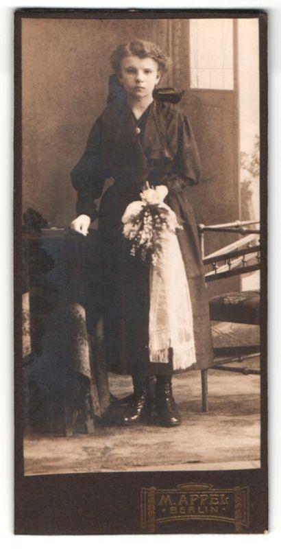 Fotografie M. Appel, Berlin, Portrait Mädchen in feierlicher Kleidung