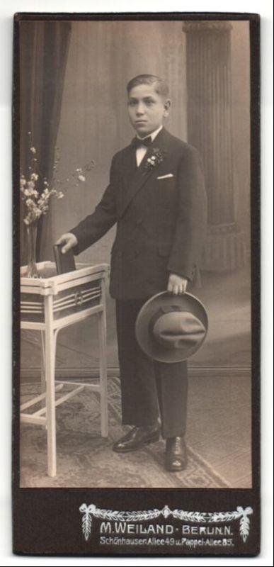 Fotografie M. Weiland, Berlin-N, Portrait Bub in feierlichem Anzug mit Hut