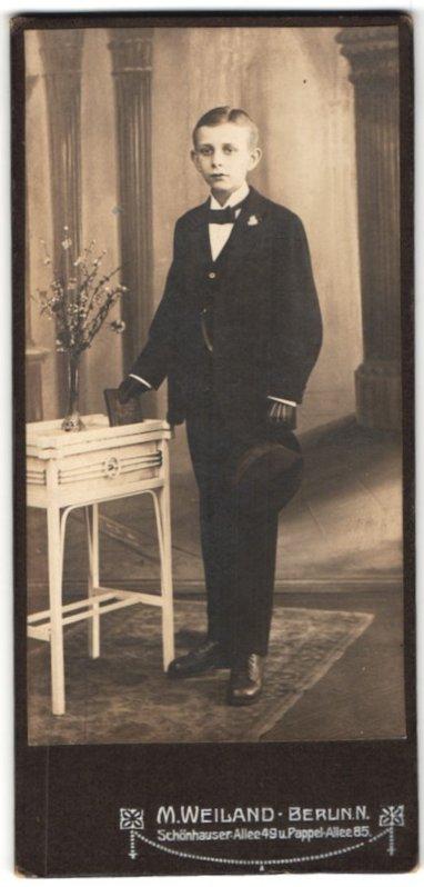 Fotografie M. Weiland, Berlin-N, Portrait Bub in feierlicher Kleidung
