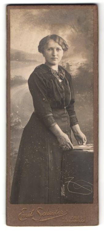 Fotografie Emil Schröter, Jüterbog, Portrait junge Frau mit zeitgenöss. Frisur