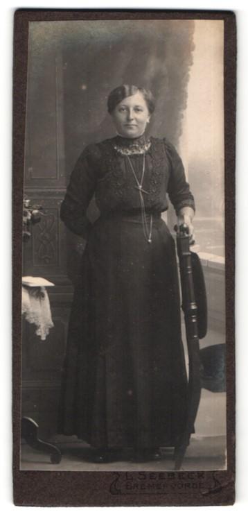 Fotografie L. Seebeck, Bremervörde, Portrait Frau in zeitgenöss. Garderobe