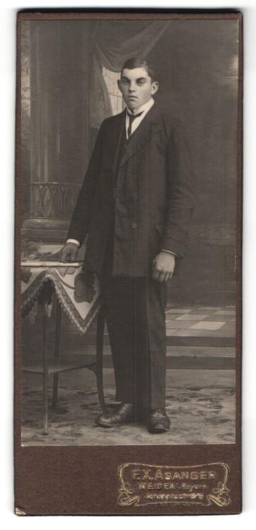 Fotografie F. X. Asanger, Weiden, Portrait junger Mann in Anzug