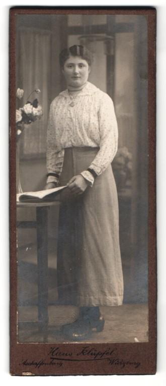 Fotografie Hans Klüpfel, Aschaffenburg / Würzburg, Portrait junge Frau in zeitgenöss. Garderobe