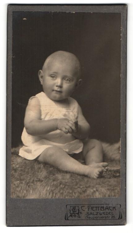 Fotografie C. Fettback, Salzwedel, Portrait Säugling in Leibchen