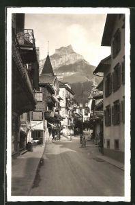 AK Engelberg, Blick in die Dorfstrasse mit Hotel und Blick zum Hahnen