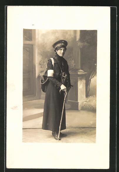 AK Briefträgerin mit Gehstock
