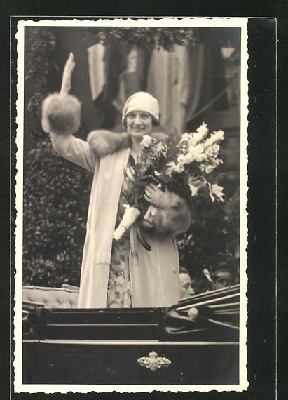 AK Prinzessin Astrid von Schweden im Auto stehend und winkend