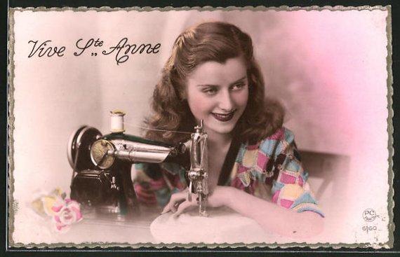 AK Vive Ste Anne, junge Dame an Nähmaschine