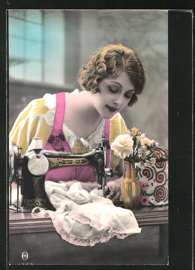 AK junge Frau arbeitet mit Nähmaschine