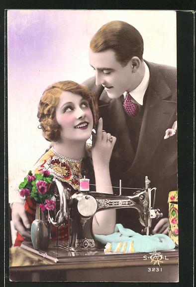 AK Kavalier und Dame an Nähmaschine