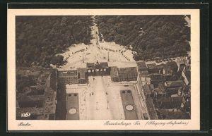 AK Berlin, Pariser Platz mit Brandenburger Tor vom Flugzeug aus