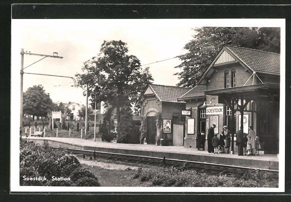 AK Soestdijk, Bahnhof mit wartenden Passagieren