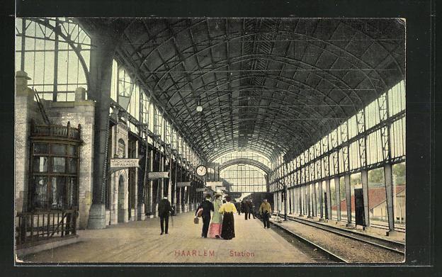 AK Haarlem, wartende Passagiere am Gleis im Bahnhof