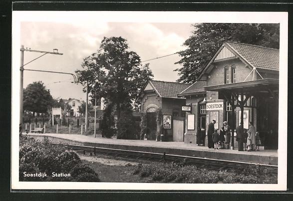 AK Soestdijk, Bahnhof mit wartenden Passagieren am Gleis