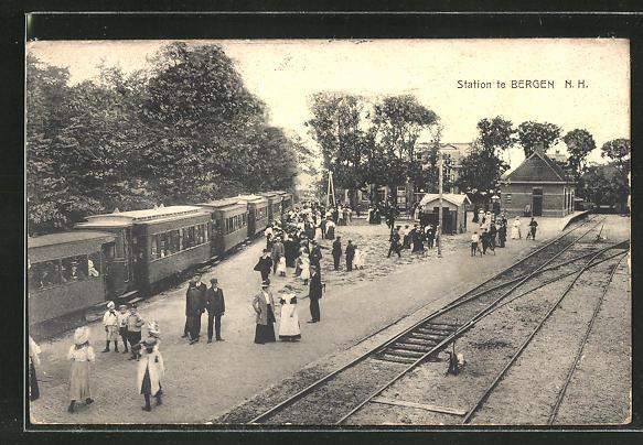 AK Bergen, Bahnhof mit wartenden Passagieren und ausfahrender Eisenbahn