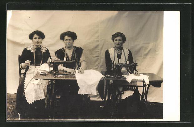 Foto-AK drei junge Frauen mit Adler-Nähmaschinen