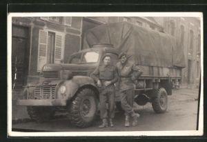 Foto-AK Britische Soldaten mit Lastkraftwagen