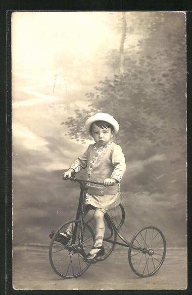 AK Kleiner Junge mit Hut auf seinem Dreirad