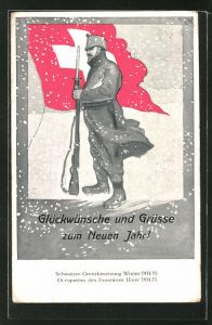 AK schweizer Soldat steht stramm im Schnee mit wehender Flagge, schweizer