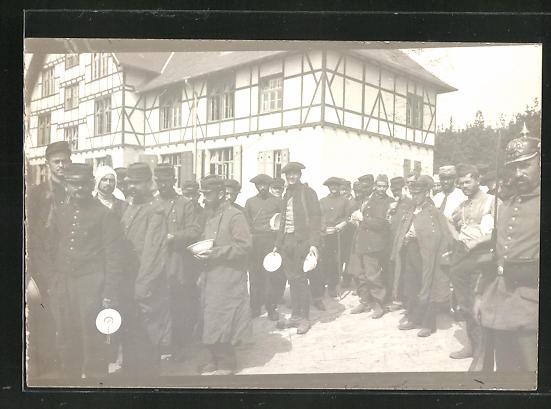 Foto-AK französ. Kriegsgefangene in Ortschaft