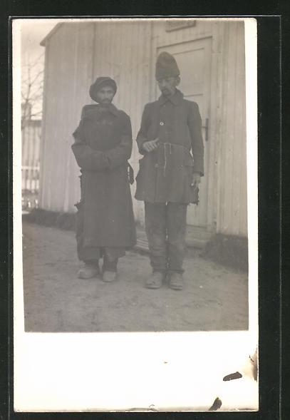 Foto-AK zwei in Lumpen gekleidete Kriegsgefangene