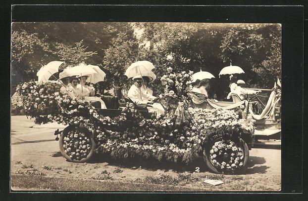 Foto-AK Männer und Frauen in einem geschmückten Auto am Blumentag