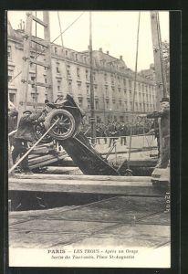 AK Paris, Les Trous, apres un Orage Sortie du taxi-auto, Place St-Augustin, Auto nach dem Unfall